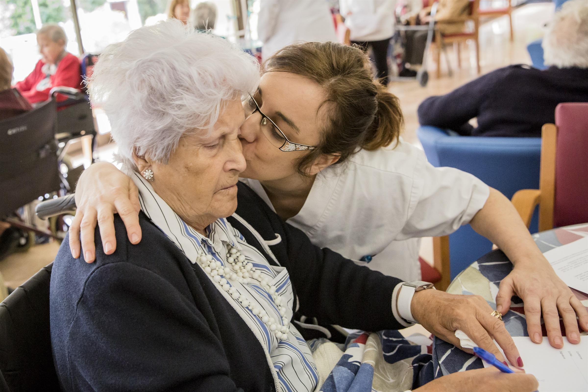 Una infermera de Barcelona impulsa una intervenció comunitària per minimitzar la soledat entre la gent gran