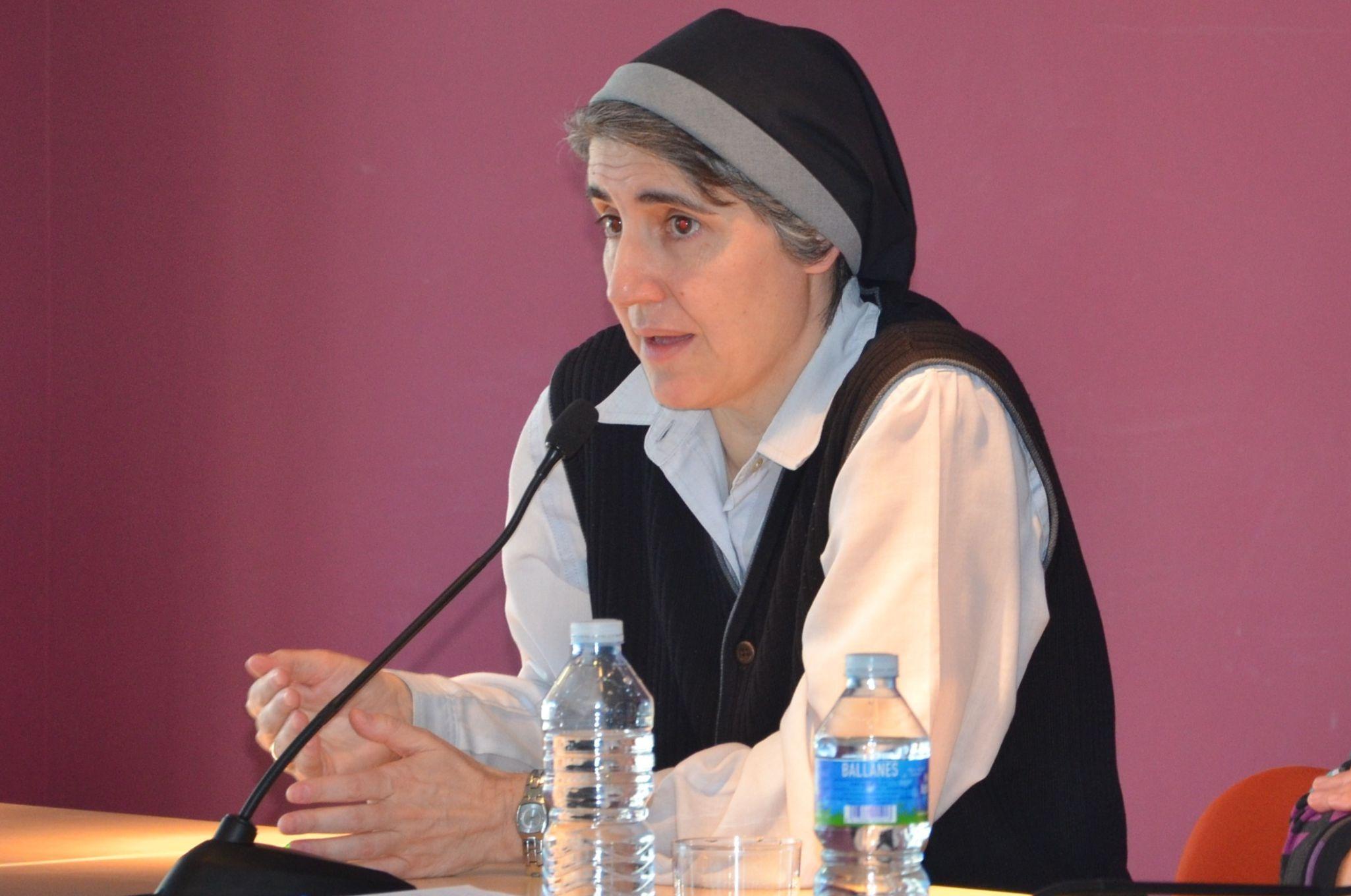 Teresa Forcades imparteix una conferència sobre els aspectes socials de l'emmalaltir humà