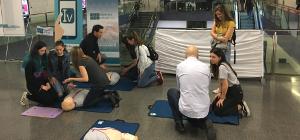 Els usuaris del Metro aprenen a fer una reanimació cardiopulmonar que pot salvar vides