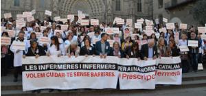 Prop d'un miler d'infermeres i infermers s'han concentrat per a demanar l'emparament legal català de la seva feina
