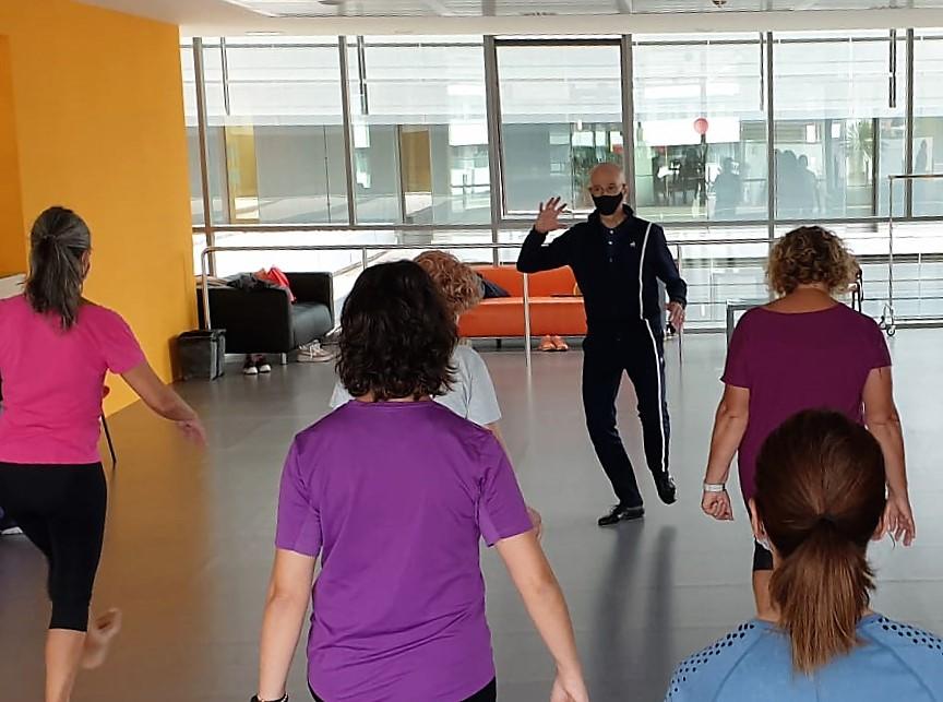 Cesc Gelabert ensenya les infermeres a cuidar el seu cos a través de la dansa