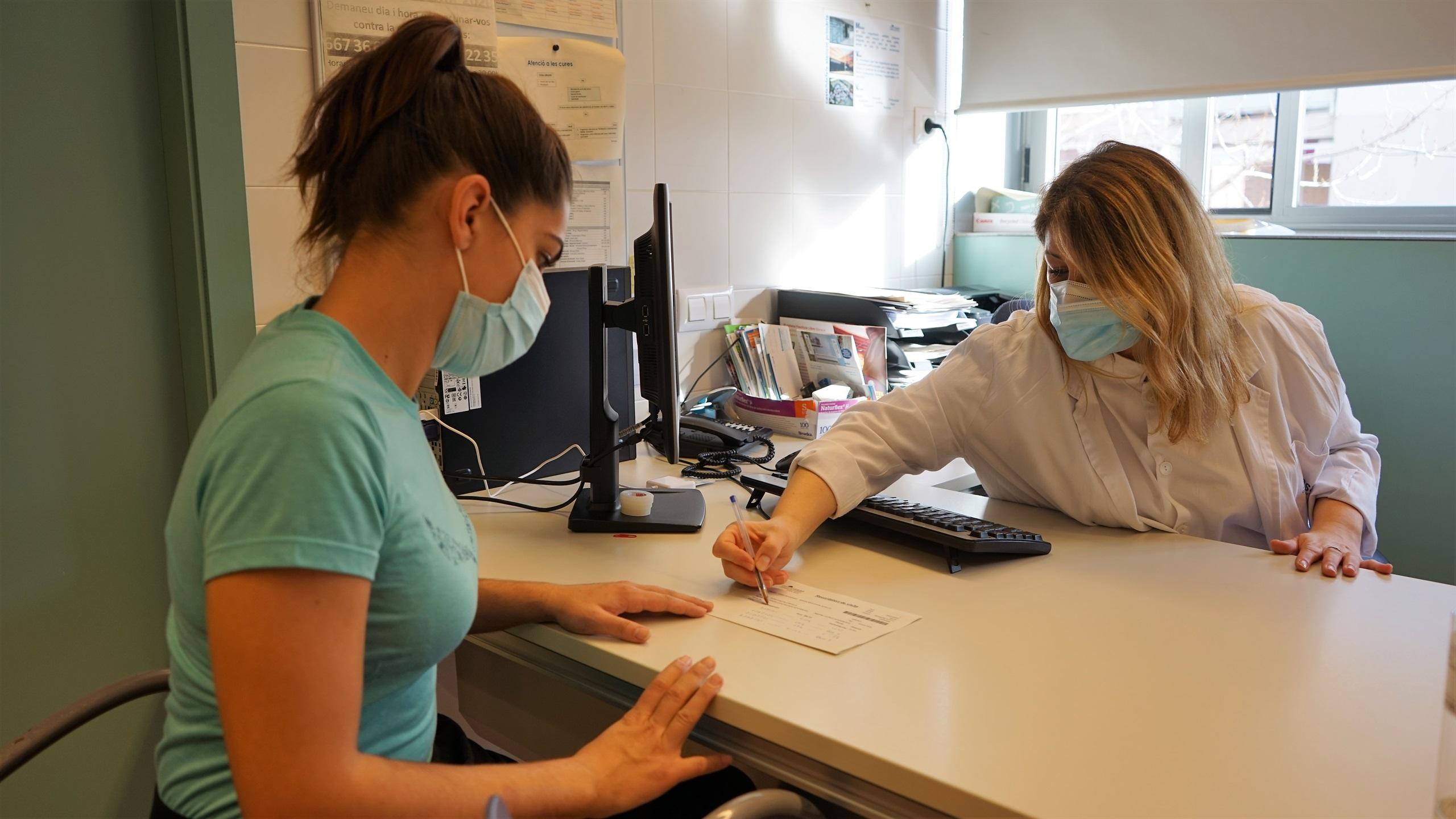 Les infermeres del SISCAT acreditades per prescriure s'han d'adreçar al seu centre de treball per sol·licitar la targeta per emetre receptes electròniques
