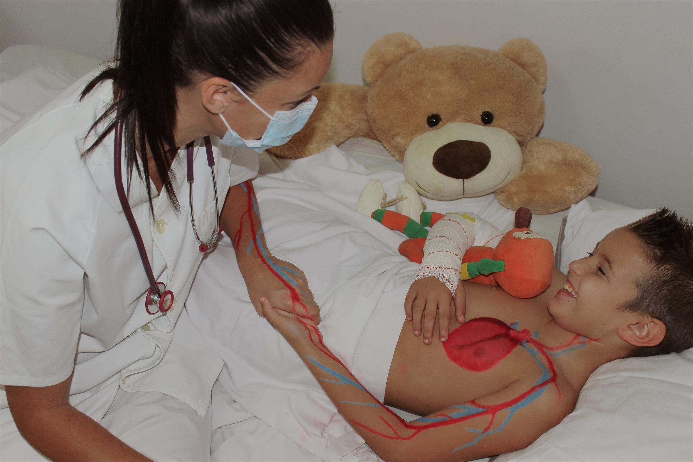 Estudiants d'infermeria mostren l'art de tenir cura en fotografies