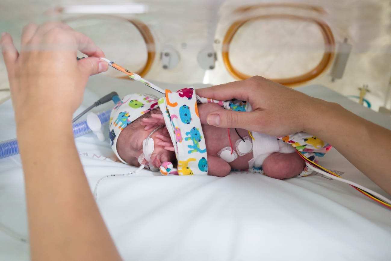 Una infermera dissenya un dispositiu de contenció per al procediment del pes dels nadons prematurs ingressats a la UCIN