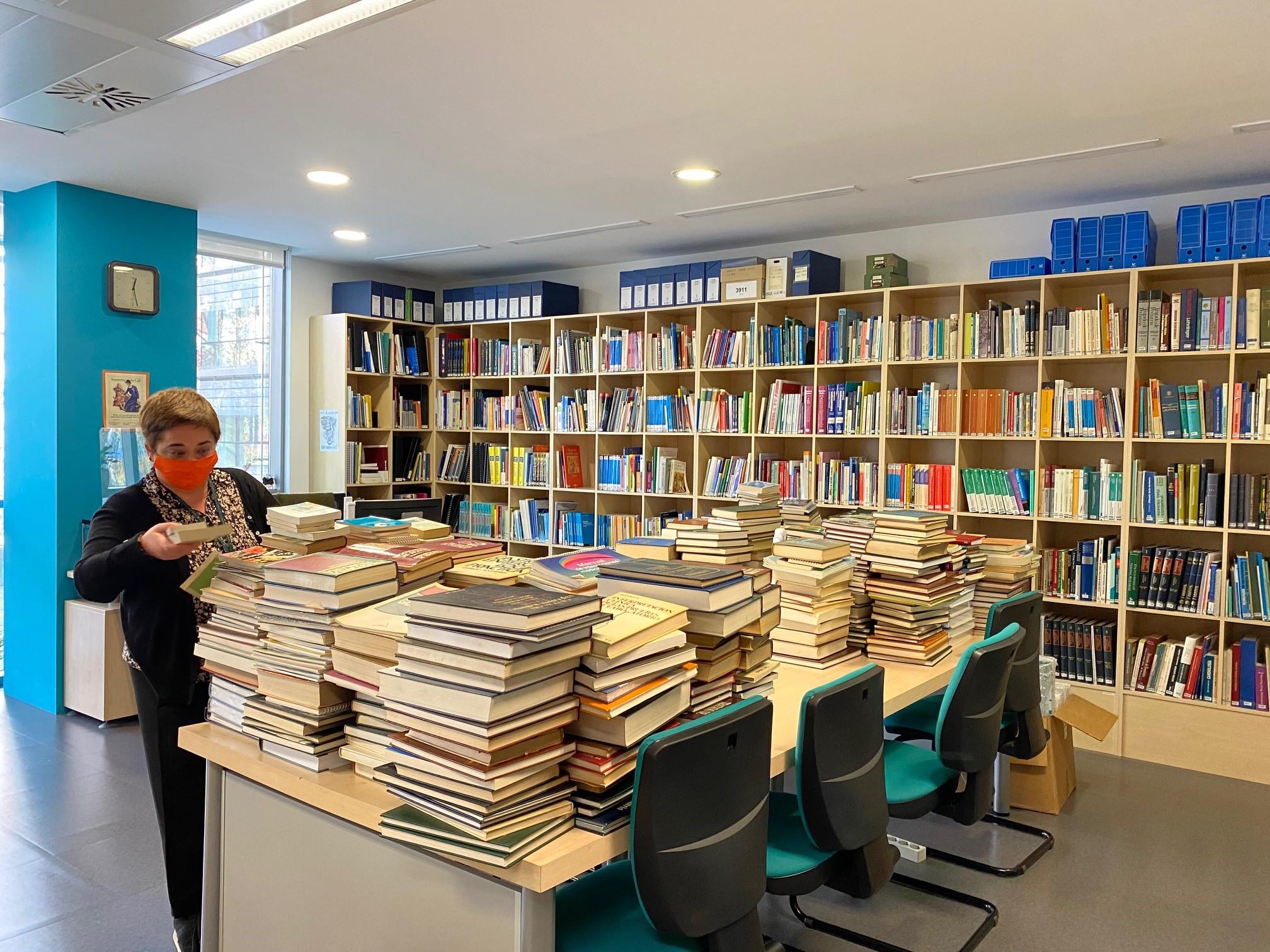 L'editorial JIMS dona prop de mil llibres a la biblioteca del COIB
