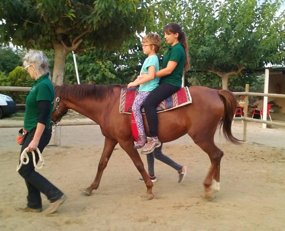 Elena López: «Les intervencions assistides amb cavalls poden beneficiar l'àmbit físic, emocional i sensorial de les persones»